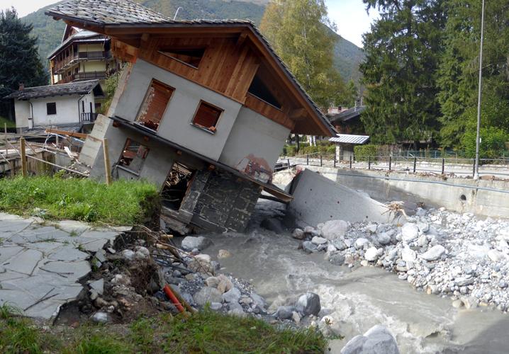 forte erosione spondale del Rio San Giovanni in piena